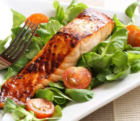 Seared salmon with baby spinach and cherry tomatoes